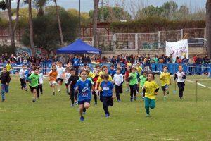 Una de les proves al circuit de Cross Escolar, dissabte passat a la pista d'atletisme de Gandia.