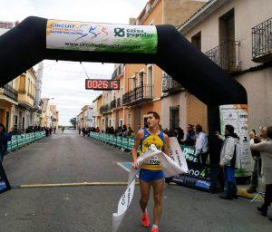 Salva Gomar entra a meta en la VII Cursa Popular Solidària de Beniarjó.
