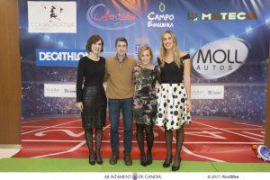 """L'alcaldessa de Gandia, Diana Morant; i la regidora d'Esports, Lydia Morant, amb Pau Roig i Silvia Valero en el """"photocall"""" previ a la gala. / Foto: Àlex Oltra."""