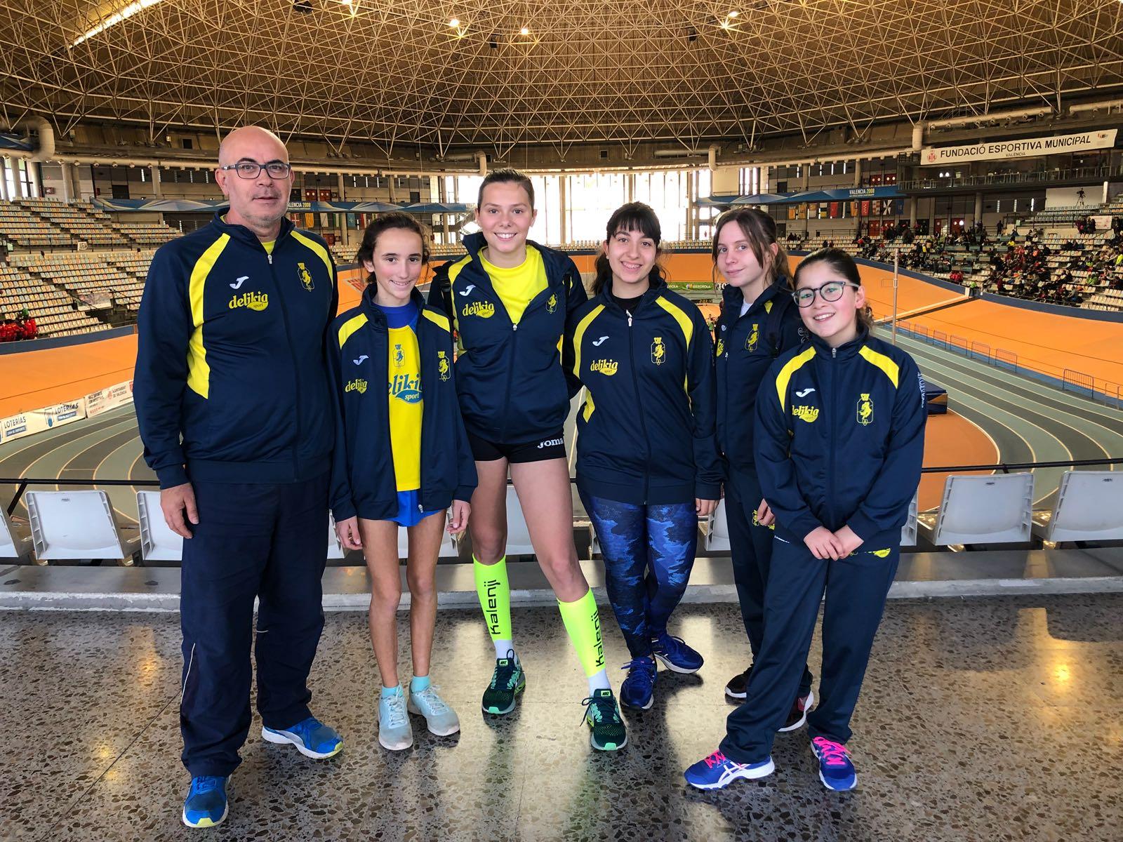 Les atletes infantils al palau velòdrom Lluís Puig amb el seu entrenador, Miguel Ángel Soler.