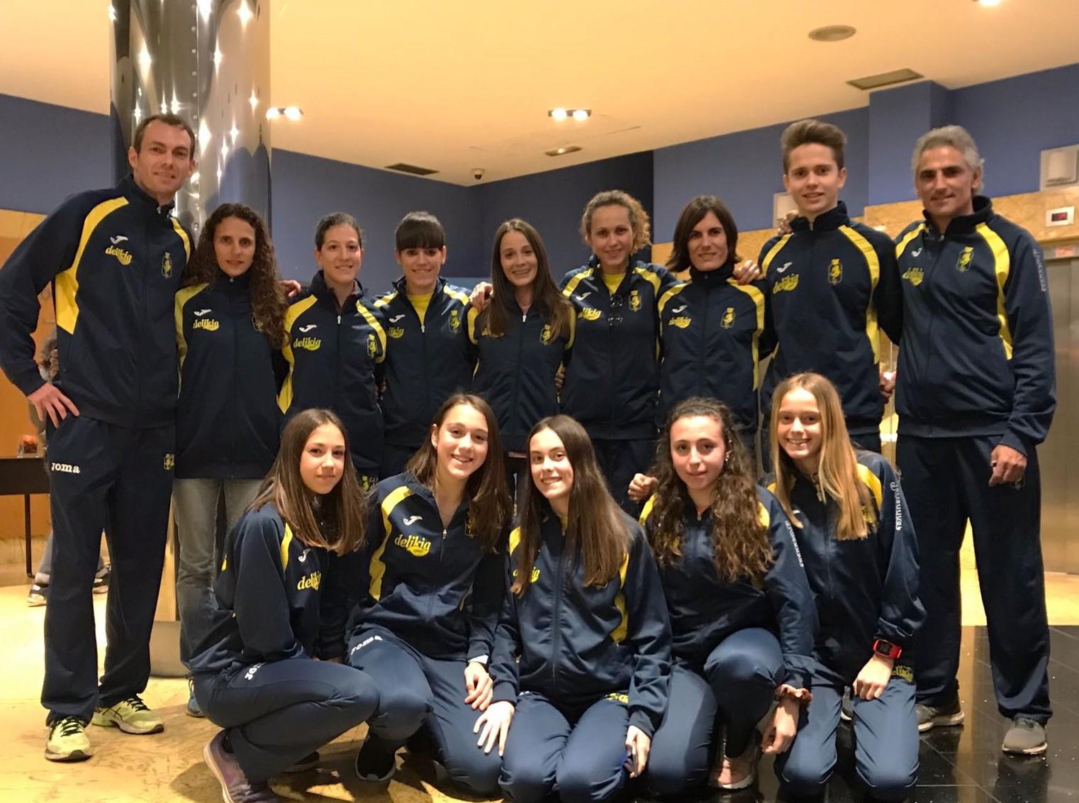 Les xiques dels equips cadet i absolut amb els seus entrenadors desplaçats a Gijon, a l'hotel.