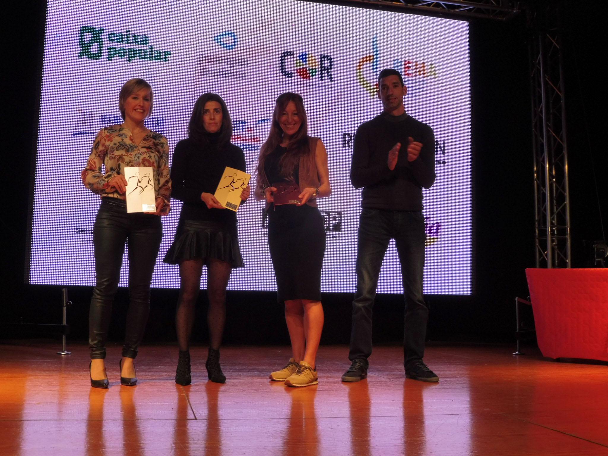 Mònica Mahiques, al centre, recull el trofeu com a vencedora absoluta del Circuit de Curses Populars de la Safor-Valldigna, a la gala de Xeresa.