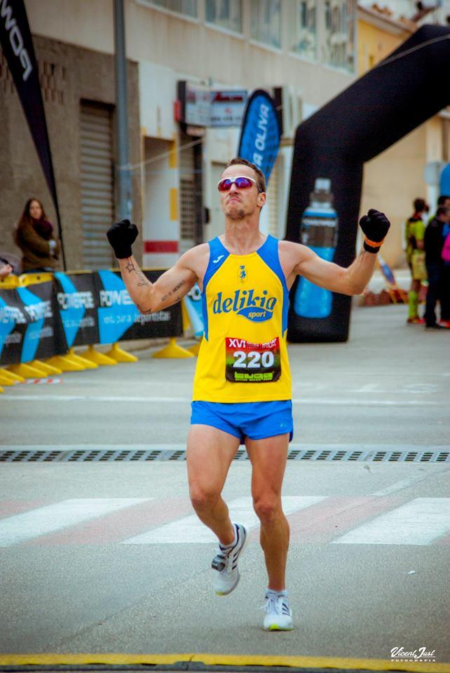 L'atleta popular Adrián Tiberiu a la seua arribada a la meta de la Mitja Marató Ciutat d'Oliva. / Foto: Vicent Just.