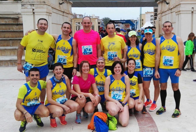 Grup de corredors participants en els 21K del Benidorm Half.