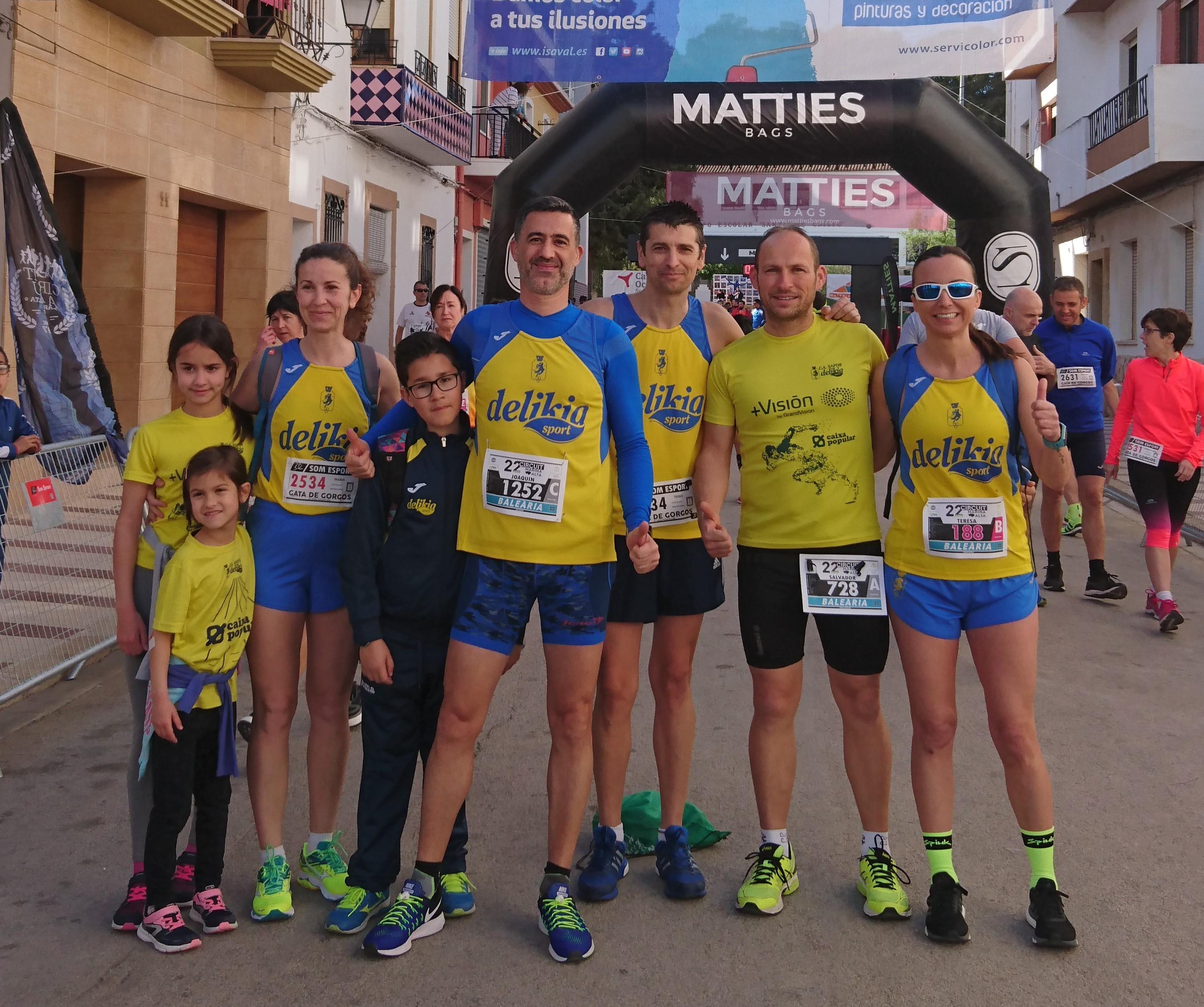 Un grup de corredors del CA Safor Delikia Sport a Gata de Gorgos.