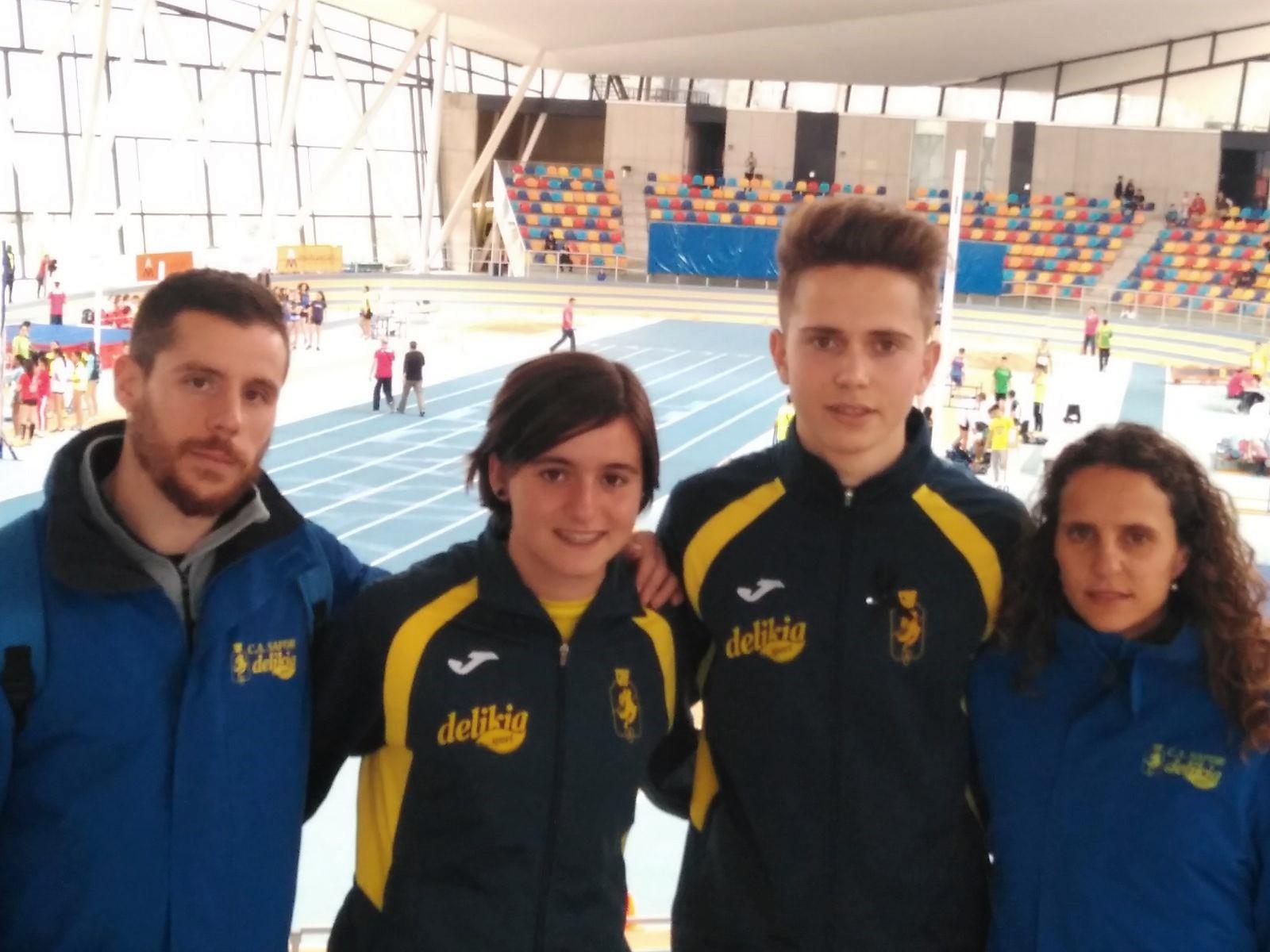 El grup del CA Safor desplaçat a Sabadell: els entrenadors Iván Martínez i Bea Bosch, en els extrems, i els atletes Borja Ortega i Claudia Martínez.