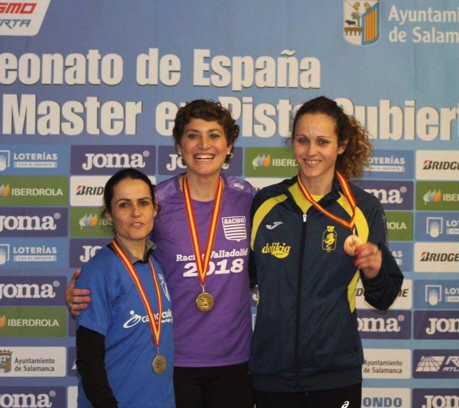 Pilar Rubio, a la dreta, amb un dels seus dos bronzes a Salamanca.