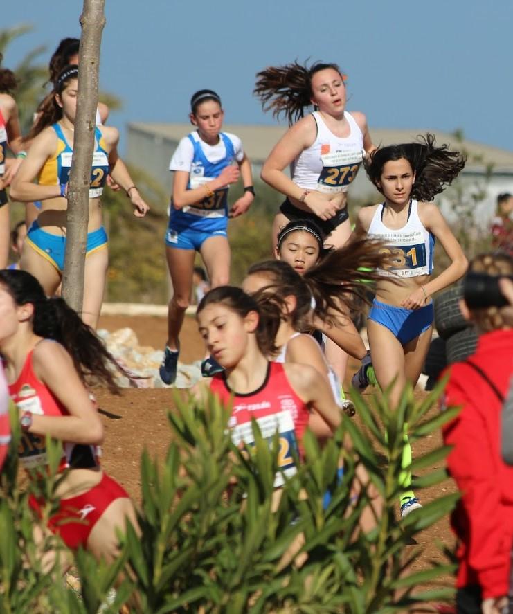 Dalt, Neus Sansaloni (segona per l'esquerra) amb la selecció valenciana de cross a San Pedro del Pinatar, i sobre estes línies en carrera.