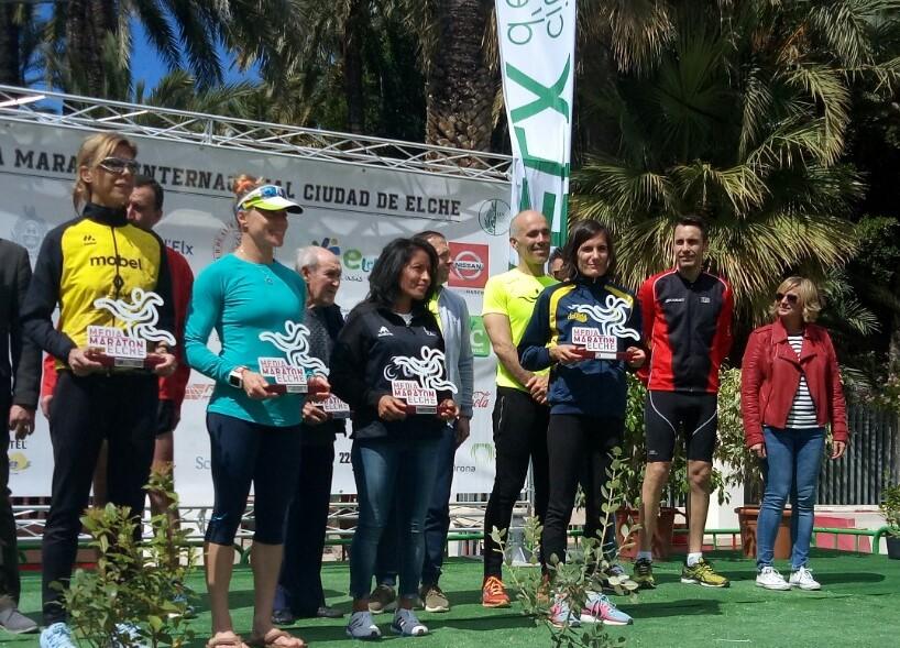 Neus Mas (quarta per l'esquerra) en el podi femení de la Mitja Marató d'Elx.