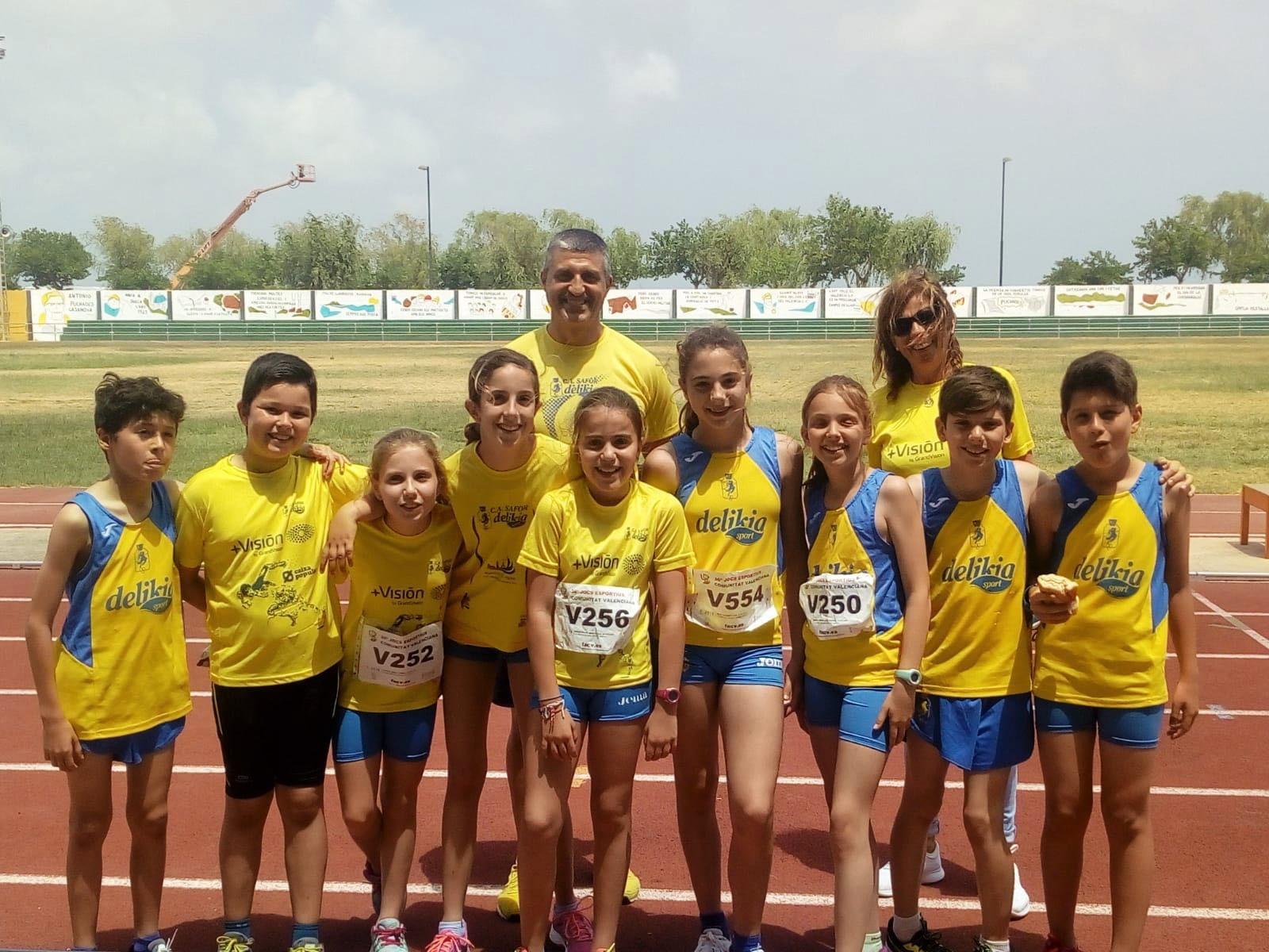 Grup d'alevins participants a Sueca, amb els seus entrenadors Toni Andrés i Montse Climent.