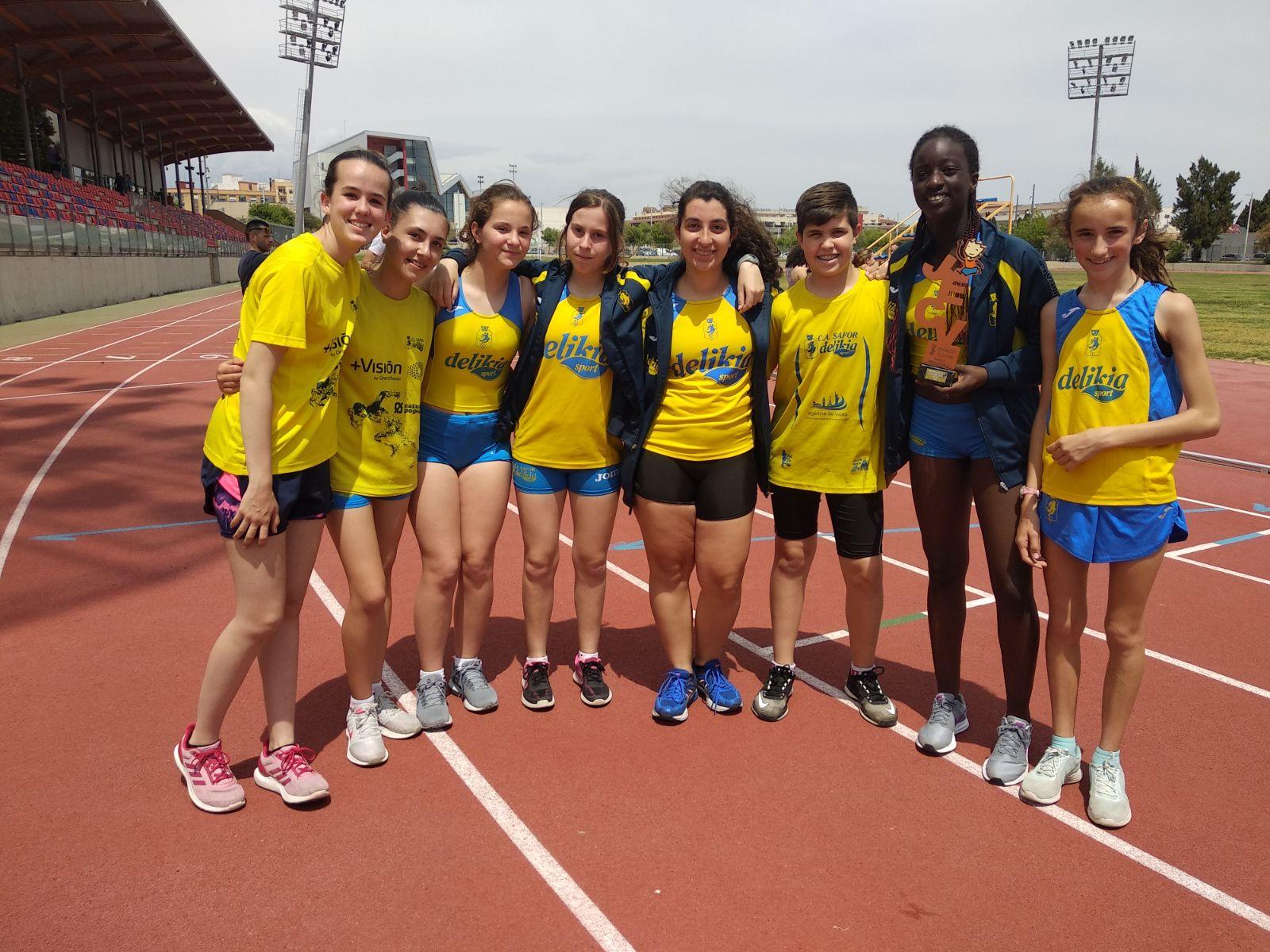L'equip U14 del CA Safor amb el trofeu a la pista de Torrent.