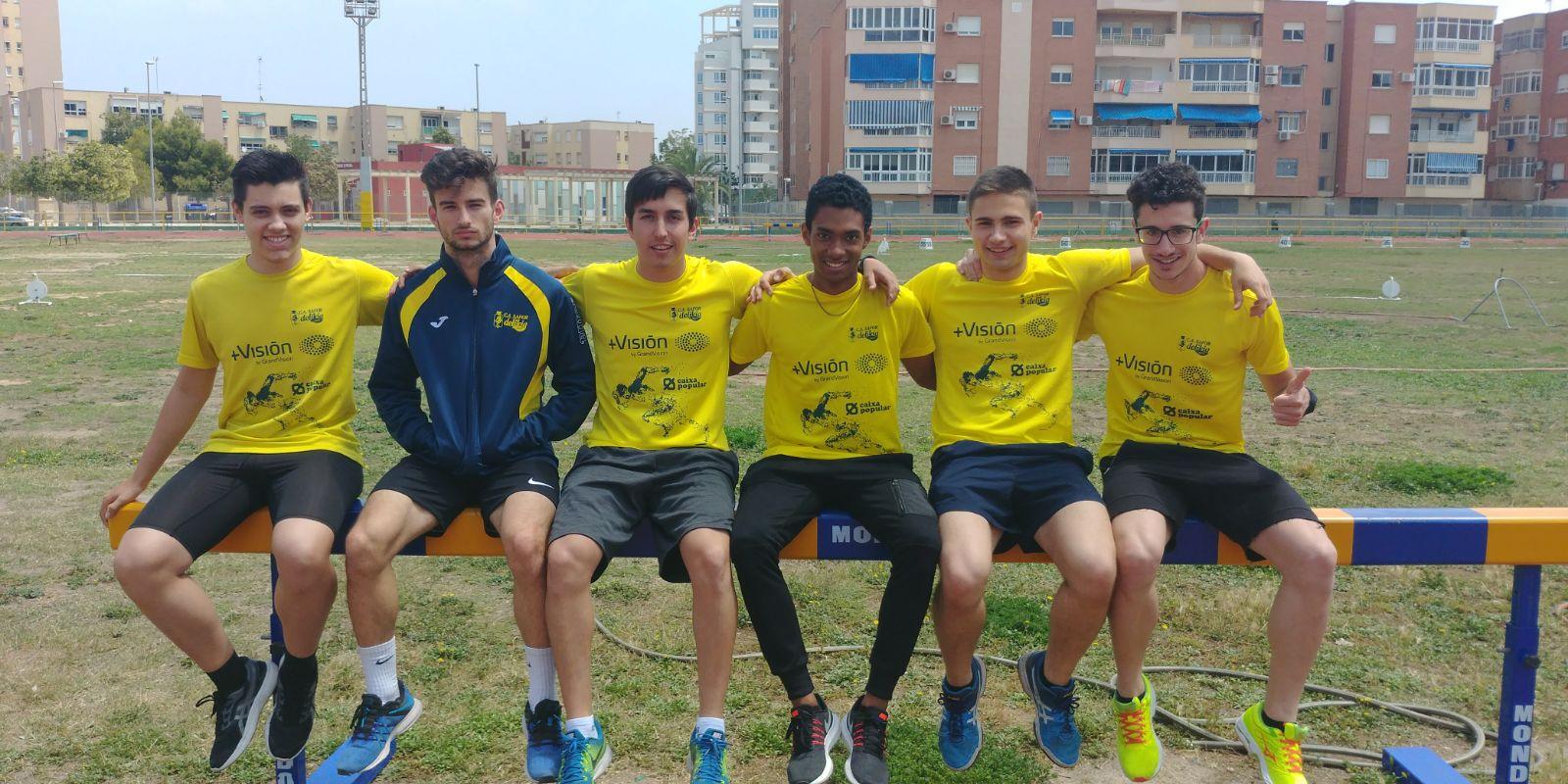 Els sis atletes del CA Safor a la pista de Cartagena.