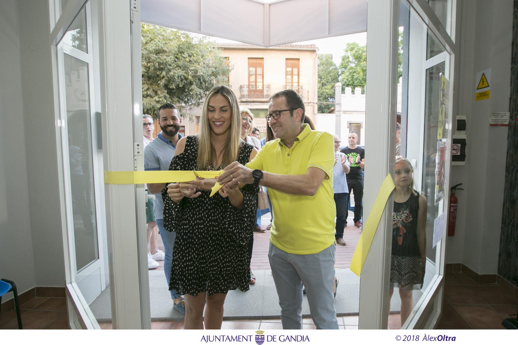 La regidora d'Esports, Lydia Morant, i el president del club, Vicent Boscà, tallen la cinta inaugural. / Foto: Àlex Oltra.