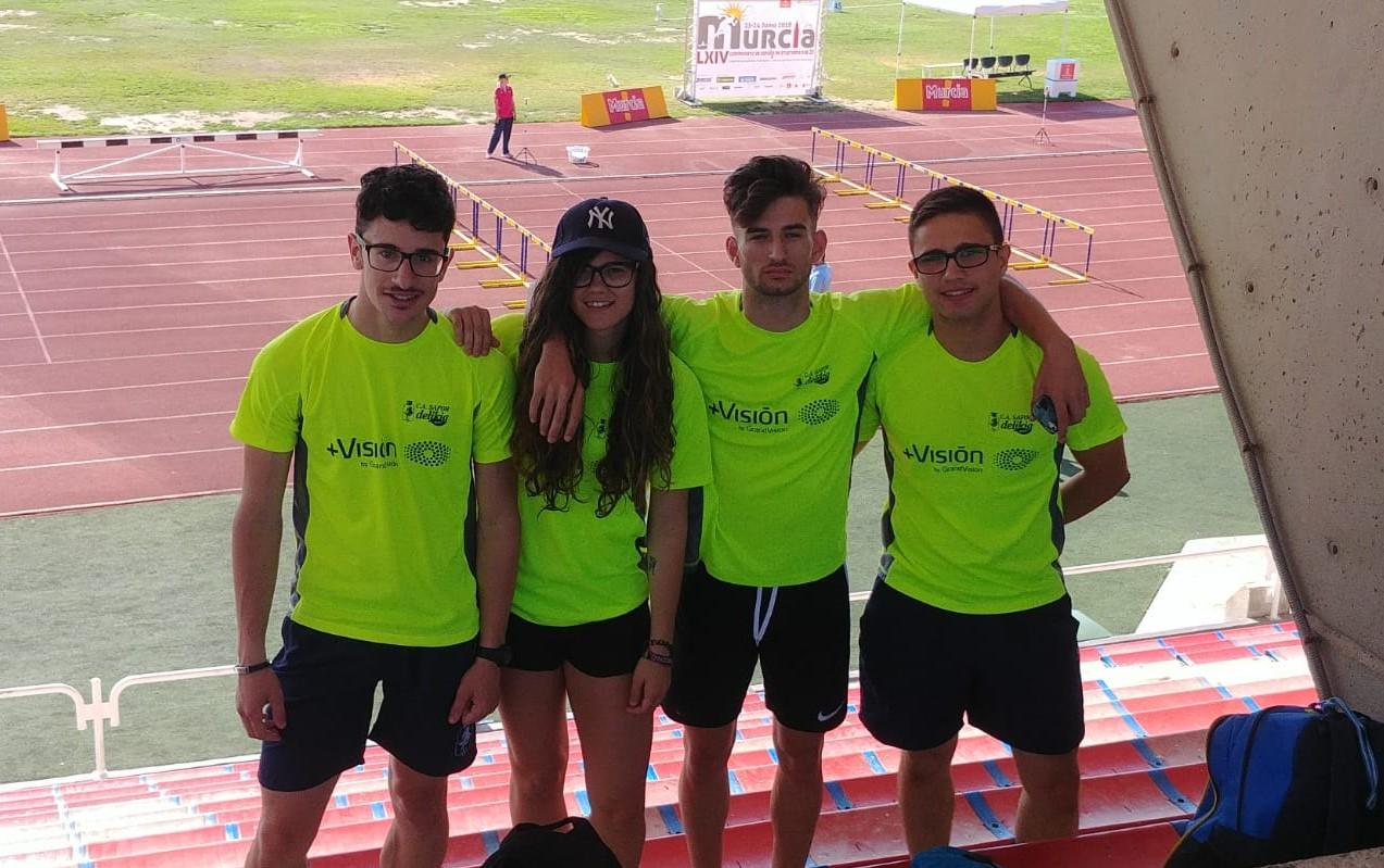 Els quatre atletes, a la pista d'atletisme de Múrcia.