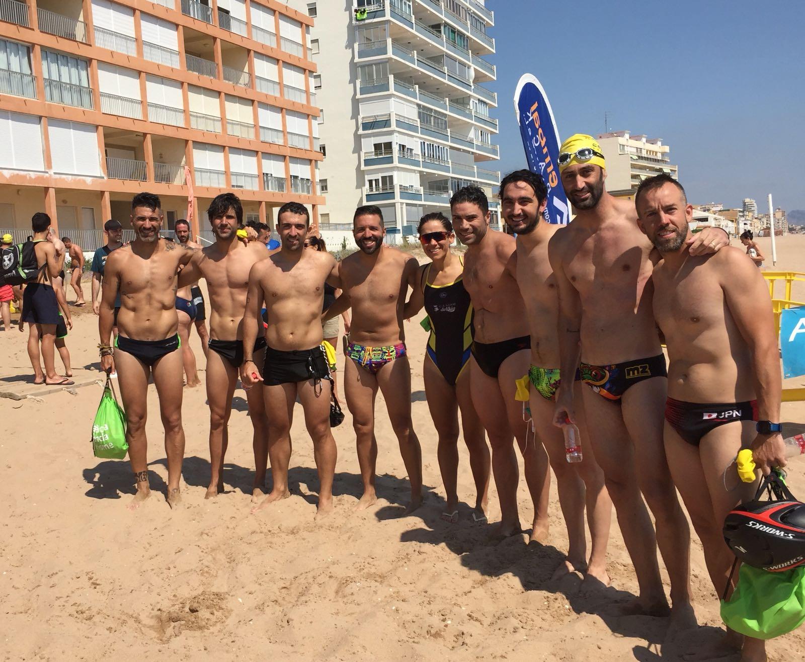 Grup d'atletes dissabte a la Travessia a la Platja de Tavernes.